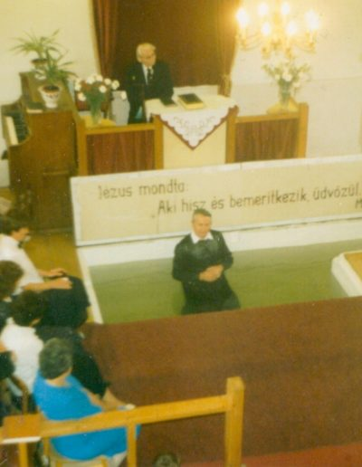 Bemerítő medence a régi imaházban